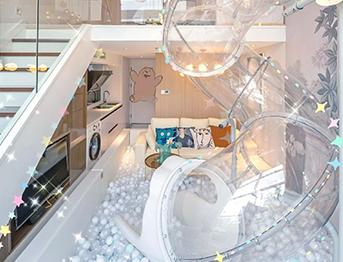 网红民宿室内透明塑料滑梯